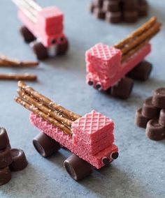 Easy Edible Construction Trucks Allfreekidscrafts Com - While These Trucks May Work Hard In The Real World Kids Craft Ideas Like This Are Surprisingly Simple To Bring To Life With A Package Of Wafer Cookies And A Bag Of Rolos You Can Help Your Kids Make # Cute Food, Good Food, Yummy Food, Edible Crafts, Easy Crafts, Kids Food Crafts, Edible Art, Snacks Für Party, Party Food For Kids