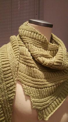 Dieses einfache Tuch in Rippenstuktur wird in rechts-links Rippen und im Halbpatent gestrickt. Du beginnst in einer Ecke und strickst solange bis dein Garn aufgebraucht oder dir das Tuch groß genug ist.