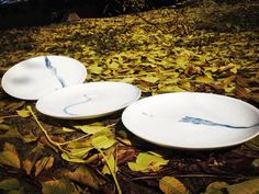 """www.dixing-shop.de Die Künstlerserie """"Qing-Hua-Ku-Bi"""" 青花枯笔des Keramikkünstlers Jin Yuan Xü徐进缘 zeigt einen blauen, dynamisch ausgeführten Pinselstrich auf weißem Grund. Eine Optik, die man aus der traditionellen Tuschzeichnung kennt und die hier meisterhaft umgesetzt ist."""