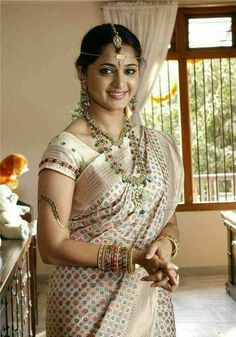 Anushka Loves Hot Looking Photos of Anushka Shetty in Saree Beautiful Girl Indian, Most Beautiful Indian Actress, Beautiful Actresses, Beautiful Saree, Beautiful Ladies, Beauty Full Girl, Beauty Women, Anushka Photos, Actress Anushka