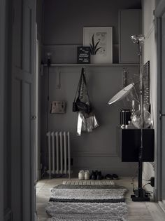 Love this dark grey hallway with light wood floors and gandia blasco gan rug Swedish Interiors, Dark Interiors, Gray Interior, Home Interior Design, Dark Grey Hallway, Decoration Hall, Interior Stylist, Scandinavian Home, Interiores Design