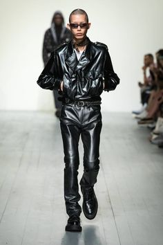 See all the Collection photos from John Lawrence Sullivan Spring/Summer 2019 Menswear now on British Vogue Leather Fashion, Leather Men, Leather Pants, Black Leather, Mens Fashion, Style Fashion, Gq Magazine, Young Fashion, Men's Collection