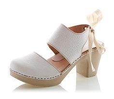 Ihanat ihanat ruotsalaiset Calou kengät!  Puu tuntuu ihanasti jalkapohjaa vasten ja sit ne on kuitekii pehmeet kävellä, ku pohja on joustavaa matskuu.   Niiin hyvät jalassa :)  Oikein pehmeää nahkaa.   7,5 cm korko