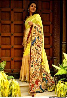 Kalamkari is the art of hand painting and/or block printing on fabrics with the help of natural dyes, produced in parts of India and Iran. Kalamkari Saree, Silk Sarees, Sari Silk, Indian Attire, Indian Ethnic Wear, Indian Style, Indian Beauty Saree, Indian Sarees, Kerala Saree