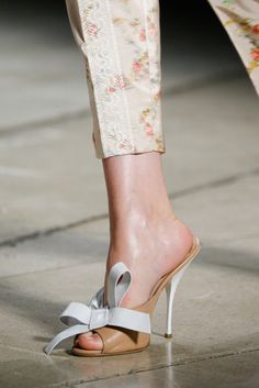 Miu Miu Spring 2015 Ready-to-Wear volta da mule Sneaker Heels, Sneakers, Spring 2015 Fashion, Shoes 2015, Glamour, Stilettos, Beautiful Shoes, Me Too Shoes, Bow Shoes