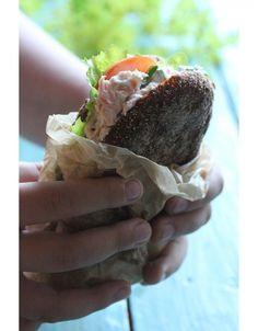Tässä vielä savulohitahnan ohje kaikille sitä pyytäneille. Savulohitahnasta saa ehdottomasti kesän parhaat eväät, kun laittaa hiukan ruisleipien väliin voita, salaattia, tomaattia tai kurkkua, runsaasti ruohosipulia ja sitten savulohitahnaa. Koko komeus kiedotaan voipaperin sisään ja eväät... Fresh Rolls, Tapas, Meal Prep, Food And Drink, Pasta, Favorite Recipes, Homemade, Meals, Cooking