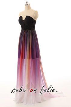 Jolie robe de soirée noire bustier décolleté et coupée géométrique avec la jupe en couleurs. <côté>