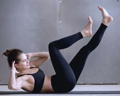 Pilates für einen flachen Bauch: Criss-Cross-Crunch