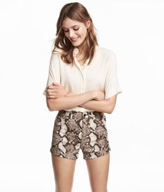 Snakeskin patterned. Short, high-waisted, 5-pocket shorts in cotton-blend twill. Zip fly with button and sewn cuffs at hems. Slim fit.