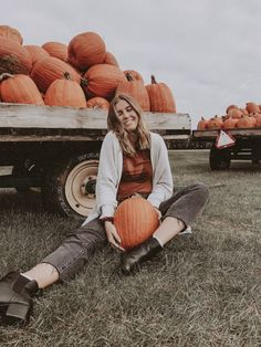 Fall Pictures - Fushion News Autumn Photography, Photography Poses, Fall Playlist, Pumpkin Patch Pictures, Fall Pictures With Pumpkins, Autumn Cozy, Autumn Aesthetic, Fall Photos, Fall Pics