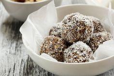 Ingredience: vejce 8 kusů, cukr krupice 100 gramů, voda 20 mililitrů, pudinkový prášek vanilkový 20 gramů, mouka 180 gramů (hladká), čokoládová poleva bílá 30 gramů, čokoládová poleva tmavá 40 gramů, smetana na šlehání 200 mililitrů, cukr krupice 30 gramů, kakao 40 gramů, čokoláda hořká 100 gramů, čokoládová poleva tmavá 100 gramů, kokos 50 gramů, ořechy pistáciové (na ozdobu), smetana na šlehání 150 mililitrů (40%), cukr vanilkový 1 balíček, káva 1 lžička (instatní), marcipán 100 gramů…