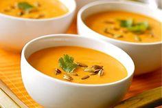 """Soupe des """"4 C"""" : Carottes-Coco-Curry-Coriandre pour 6 personnes 1 kg carottes 2 oignons moyens 20 cl de lait de coco 1 litre d'eau 1 cuillère à soupe d'huile d'olive ½ cuillère à café de curry ½ cuillère à café de coriandre en poudre (ou de curcuma) Quelques tiges de coriandre fraîche 1 pincée de sel"""