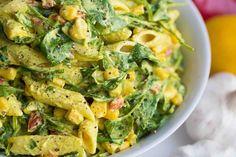 Dieser cremiger Nudelsalat mit Gemüse ist vegan, gluten- und sojafrei. Mit frischem Spinat, gebratenem Paprika und Maiskörnern. Rezept auf Healthy On Green.