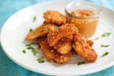 Zelfgemaakt is al-tijd beter. Dat geldt ook voor deze zalige, homemade kipnuggets! Voor mij is het dé ideale snack om klaar te maken tijdens een gezellige tv-avond of wanneer er vrienden langskomen…