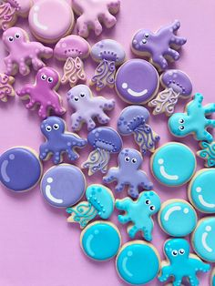 This listing includes 2 dozen (24) octopus mini cookies with coordinating dot details. Choose up to four colors, or use the dropdown menu above. Cant decide on a palette? Choose hol fox mix from the dropdown, and Id be happy to create your color mix!  Want to add some more under the sea cuties to your batch? Use the pulldown menu to add bubbles or jellies to your order Approximate Cookie sizes: Octopus: 2, Jellies: 2, Bubbles: 1.5 The cookies will arrive heat sealed in groups of 3 in…