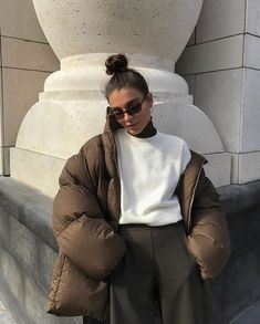 Puffer Jacket How To Style Winter Outfit Ideas Neutral Style Fashion Inspo Winter Mode Outfits, Winter Fashion Outfits, Look Fashion, Street Fashion, Fall Outfits, Autumn Fashion, Trendy Fashion, Brown Fashion, Summer Outfits