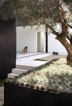 Simple garden design is really calming. Imagine sitting there surrounded by flowers and plants while you're enjoying the atmosphere. Nice feeling, right?Because of that, I have these 19 garden design pictures for you. These modern garden designs will insp Patio Design, Exterior Design, House Design, Courtyard Design, Landscape Architecture, Landscape Design, Minimalist Garden, Garden Pictures, Modern Landscaping