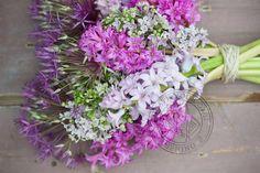 Een boeket van de lente met frisse geuren van seringen en hyacinten. Met op de achtergrond allium.