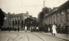 Amsterdam: De Plantage Middenlaan omstreeks 1908 met rechts de Hortus