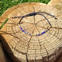 Un bracelet minimaliste en perles Miyuki delica bleu et doré - classe et chic et qui s'accordera parfaitement avec le jean ! Creations, Beaded Bracelets, Chic, Bangle Bracelets, Minimalist, Beads, Unique Jewelry, Blue, Shabby Chic