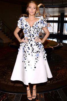 Blake Lively con un vestido de flores en azul, blanco y negro de Ralph & Russo Couture .