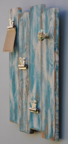 DIY pallet rack with clips and hooks. // Upcycling de vieilles planches en porte manteau et/ou tableau.