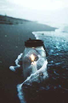 La luz no extingue, la flama es eterna, la oscuridad no nos alcanzará. Mentira!  La se extinguira cuando dejemos de soñar, la flama durara lo que dura un parpadeo solo por una decisión egoista, la oscuridad nos rodeara y no podras escapar      LunasAngel♡