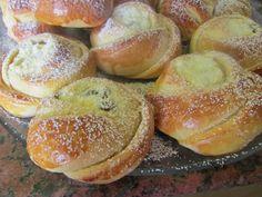 Túrós rózsa | Budafoki élesztő Izu, Bread Baking, Minion, Bagel, Doughnut, Hamburger, Food And Drink, Peach, Sweets