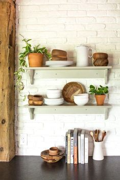 Plants of Season 4 - Joanna Gaines shares her Fixer Upper Decor, Decorating Coffee Tables, Decoracion De İnteriores, Decorating Bookshelves, Decorative Pillows, Decorating With Plants, Decoracion De Salas Modernas, Decorated Jars. #decor #coffeetables #decoratingbookshelves #decoratedjars Chip Und Joanna Gaines, Magnolia Joanna Gaines, Kitchen Shelves, Kitchen Decor, Glass Shelves, Kitchen Tips, Kitchen Ideas, Plants In Kitchen, Wood Shelves
