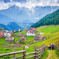 This is Fundata a mountain village in Transylvania. Spring marks its end with an Eco Run in Moeciu de Sus, on May And who would not want to visit Moeciu, a beautiful mountain village with an excellent view of the Carpathian mountains?