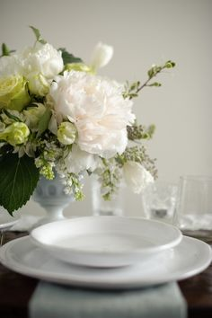 come with me to the sea of love Elegant Table Settings, Beautiful Table Settings, Decoration Table, Table Centerpieces, Pretty Flowers, White Flowers, White Cottage, Floral Arrangements, Beautiful Homes