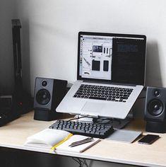 Home Office Furniture: Choosing The Right Computer Desk Computer Desk Setup, Gaming Room Setup, Laptop Desk, Pc Setup, Computer Station, Pc Desk, Gaming Desk, Home Office Setup, Home Office Design