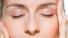 Lakukan Yoga Wajah Agar Kulit Wajah Kencang Yoga tidak hanya pada tubuh namun wajah juga bisa diberikan perawatan untuk beberapa gerakan yoga. Lakukanlah gerakan yoga wajah secara teratur selama 10 menit dalam sehari. Selain untuk mengurangi lemak pada wajah, dengan gerakan yang sangat sederhana tersebut kulitmu akan tampak lebih kencang secara alami, cerah, dan bahkan terlihat lebih muda!  • Gaya wajah boneka, yaitu dengan membuat senyum lebar dengan memamerkan gigimu menyerupai senyum…