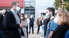 Πήγε στη Θεσσαλονίκη με 100 κολαούζους, σύμβουλοι, αστυνόμοι, δημοσιογράφοι και άλλοι παρατρεχάμενοι. National Health Service, Still Standing, Thessaloniki, Under Pressure, Doctor Who, The Past, Greek, Medical, Couple Photos