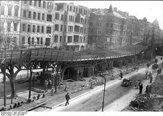 Zentralbild 25.7.1944: Bombenschaden an der Hochbahnstrecke in Berlin-Schöneberg. Der Viadukt an der Bülowstraße erhielt am 19. Juli 1944 bei der Explosion einer Luftmine schwere Verwerfungen. Durch Holzstapel und Balken wird die Strecke provisorisch abgestützt.