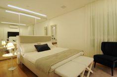 """O quarto de casal teve a cama """"ilhada"""" e a decoração elaborada a partir de cores claras. Ao fundo, o armário com portas espelhadas recobre toda uma parede. O apartamento de 150 m² no Cambuí, em Campinas (SP), tem decoração assinada pela arquiteta Elaine Carvalho D"""