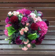 Centro de flores variado en tonos morados y rosas #centrodeflores #flores #moonflowerartefloral