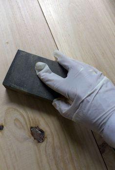 Lijar-antes-de-pintar-un-mueble-de-madera-en-crudo