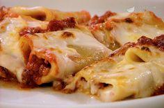 I cannelloni di paccheri al forno sono dei paccheri che vengono conditi con ragù alla bolognese e besciamella, quindi gratinati con il Parmigiano Reggiano. Sono una variante più semplice e veloce dei tradizionali cannelloni di carne.