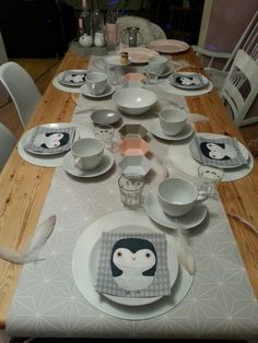 Brunch Sonntagsbrunch Servietten Pinguin Tapete Tischläufer Federn grau weiß rosa
