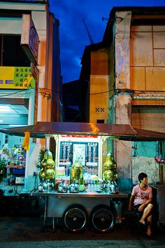 This image best captures Malaysia for me. Malaysia is all about the vibrant colours of its cities, the mix of old and new and the street food! George Town, Malaysia Travel, Singapore Malaysia, Ipoh, Kuala Lumpur, Penang, Expo Milano 2015, World Street, Borneo