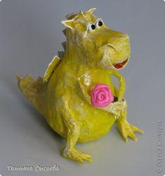 Clase magistral, artesanías, productos de papel maché dragón en el árbol.  Papier maché.  Papel de periódico MK, Clay Año Nuevo.  Foto 35
