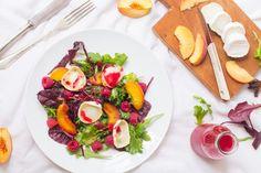 Sommersalat mit Pfirsich, Himbeeren und Ziegenkäse
