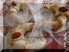 Tchrek au miel « gâteau Algérien Moderne aux Amandes » Je vous propose aujourd'hui la recette du tcharek em3assel un gâteau moderne qui est une variante de la m'chekla ! Au faite c'est plus un façonnage qu'une recette car on reprend les même ingrédients...
