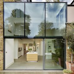 Check out this #home's bold #glass #extension which contains a #fabulous light-flooded #kitchen! What are your thoughts? #Design by Kitchen Architecture. More great extensions await you on #homify  #annexe #annex #glasscube #cube #cubic #modernarchitecture #modernkitchen #modernliving #window #facade