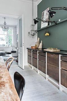 os interiores mais bonitos com paredes verdes - Fotowand - PRT Rustic Kitchen, Kitchen Decor, Kitchen Modern, Loft Kitchen, Kitchen Paint, Design Kitchen, Country Kitchen, Kitchen Furniture, Kitchen Storage