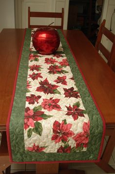 TECIDO natal circulo - Pesquisa Google Table Runner And Placemats, Table Runner Pattern, Quilted Table Runners, Christmas Patchwork, Christmas Placemats, Christmas Quilting, Christmas Fabric, Christmas Table Settings, Christmas Table Decorations