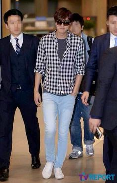 itis just amazing how he can make this casual outfit shine♥♥♥