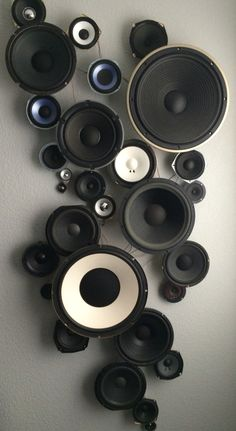 Speaker Wall It took lots of visits to garage sales and second-hand stores to fi… – Best Audio Room Ideas, Tips and Images Vinyl Platten, Bar Deco, Music Studio Room, Music Rooms, Diy Projects To Sell, Deco Originale, Audio Room, Second Hand Stores, Studio Apartment