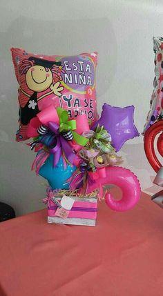 #arreglosfloralesparamesa Balloon Box, Balloon Gift, Balloon Bouquet, Balloon Arrangements, Balloon Centerpieces, Diy Graduation Gifts, Valentines Balloons, Chocolate Bouquet, Candy Bouquet